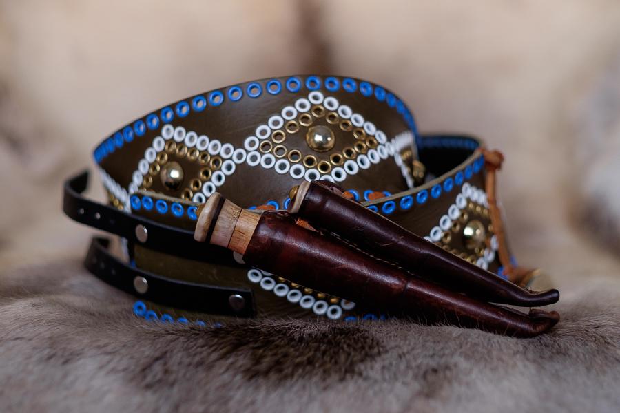 Knivbälten med samiska knivar på ett renskinn av Suaja.